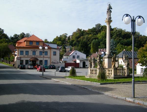 Malebné náměstí městysu Pecka s hotelem Koruna